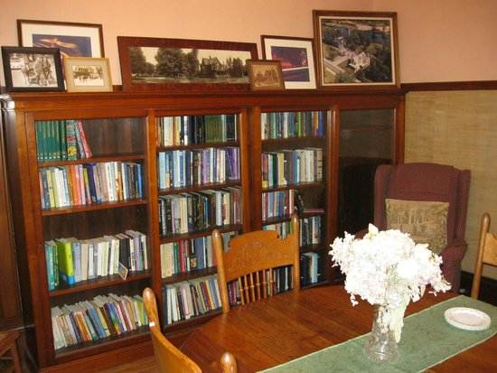 Black Swan Inn Bed and Breakfast: The library