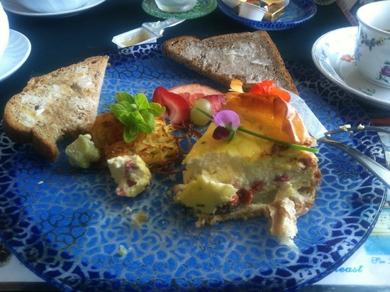 Acadia Oceanside Meadows Inn: vegetable quiche, rosti and homemade bread