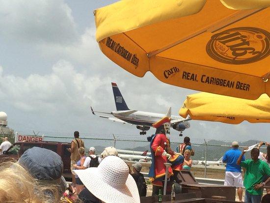 Sunset Beach Bar : Planes landing