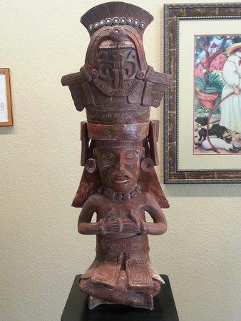 Quality Hotel Americana Nogales: Aztec art replicas