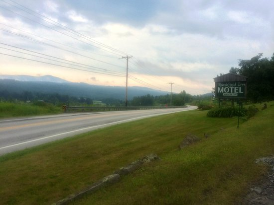 Marshfield Inn and Motel: Location across Route 2, facing the mountains