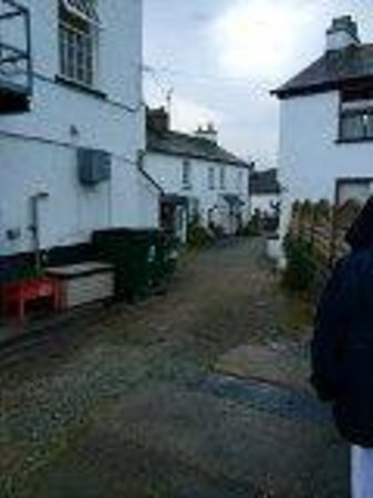 Queen's Head Hotel: Cottage down alley at side of Inn.