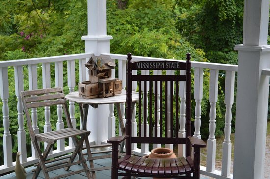 Magnolia House Bed and Breakfast: Lovely porch overlooking yard