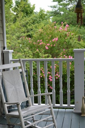 Magnolia House Bed and Breakfast: Loved the Rockers on the back porch