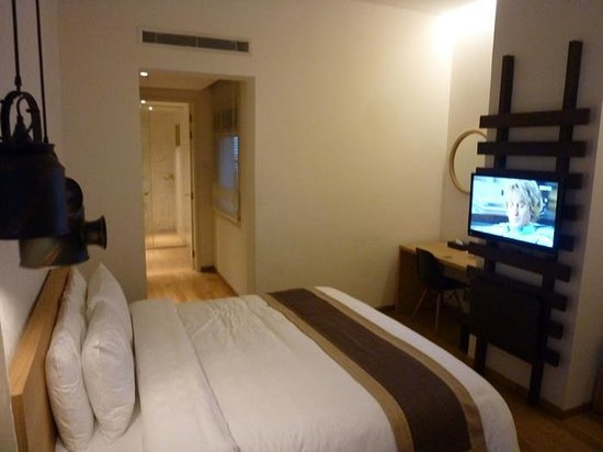 Hotel Clover 769 North Bridge Road: king size bed and tv