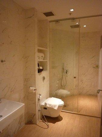 Hotel Clover 769 North Bridge Road: washroom