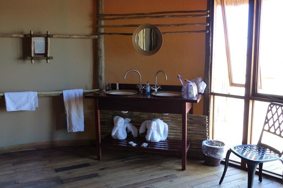 Sossus Dune Lodges: The bathroom