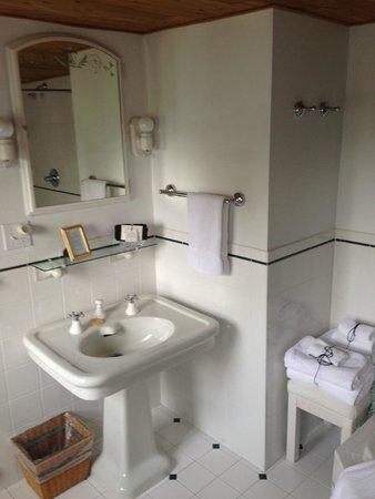 Adair Country Inn & Restaurant: Waterford bathroom