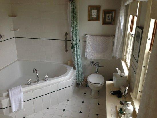 Adair Country Inn & Restaurant: Waterford bathroom & soaker tub