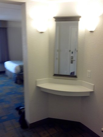 La Quinta Inn & Suites Panama City : area between bath & bedroom