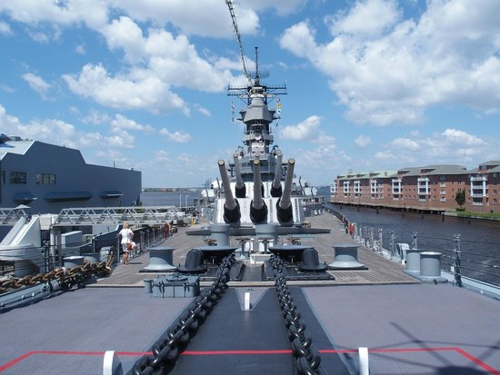 Battleship Wisconsin : Looking from the bow