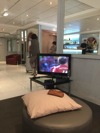 Hôtel Nice Riviera : Viendo el mundial en el lobby