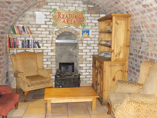 Isaacs Hostel: Reading area