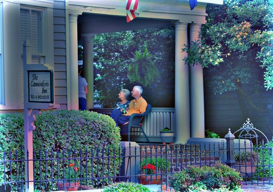 Cannonboro Inn: Outside on the piazza