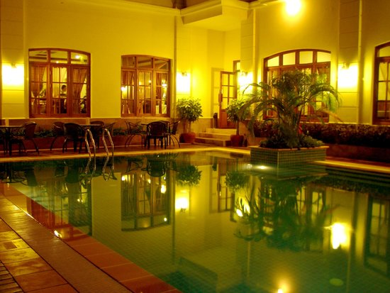 Steung Siemreap Hotel: Poolside in night time