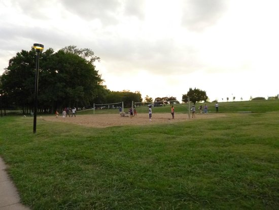 Towne Lake Recreation Area: game of volleyball