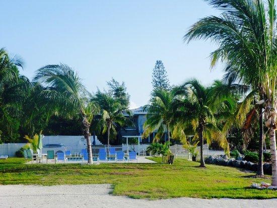 Seascape Motel and Marina: Piscine, vu de la mini plage