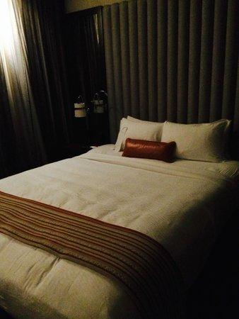 Kimpton Hotel Eventi: Amplia cama