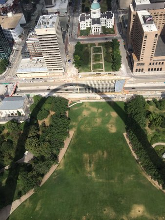 Gateway Arch : Great picture of the shadow of the arch!