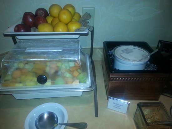 Country Inn & Suites By Carlson, York : Fresh whole fruit and cut-up fruit salad