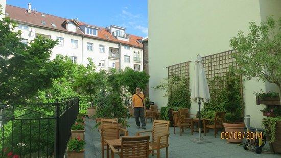 Marrol's Boutique Hotel Bratislava : The hotel's little garden