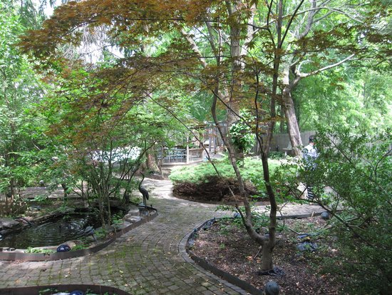 Wayne Bed & Breakfast Inn: Pathway Garden