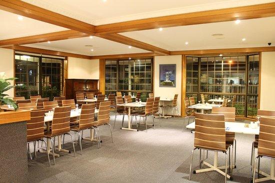 Island Palms Motor Inn: Restaurant floor of the Seafarer.