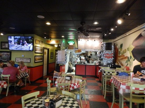 Island Slice Pizzeria: Interior