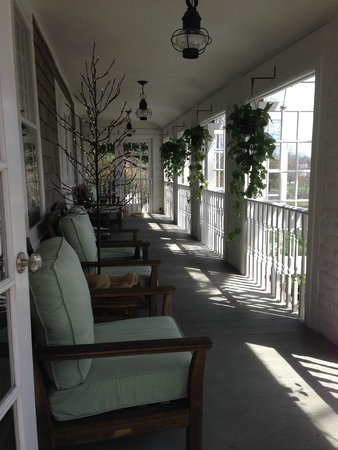Mill House Inn: Lazy afternoons on the patio