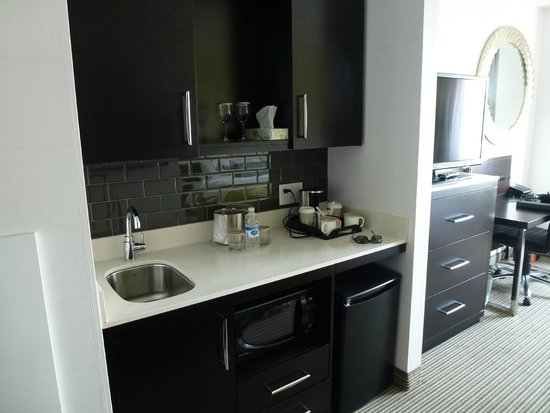 The Hollis Halifax - a DoubleTree Suites by Hilton: kitchenette