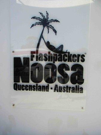 Flashpackers Noosa : hostel sign