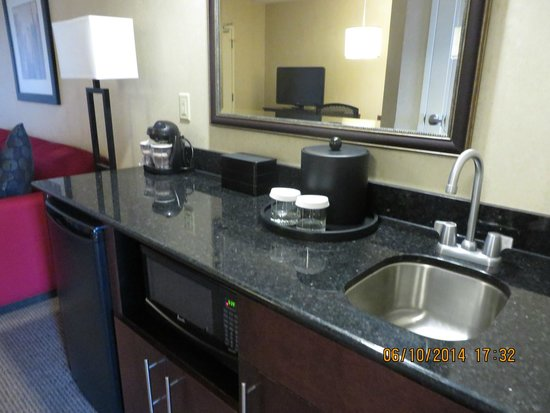 Embassy Suites by Hilton Buffalo: Kitchen area