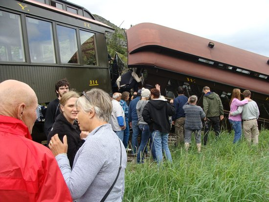 White Pass & Yukon Route Railway : Chaos after de-railment