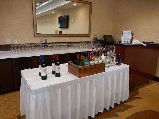 Hilton Garden Inn Watertown/Thousand Islands: Bar Set Up