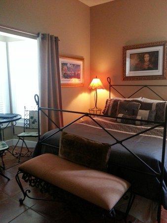 Cape San Blas Inn : Conch room, queen bed, breakfast nook, no door to outside in room. Working sleep number bed!