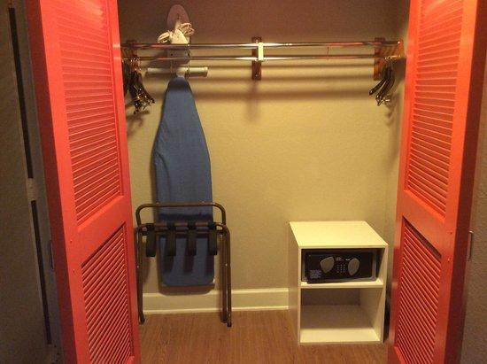 Wyndham Orlando Resort International Drive: Closet