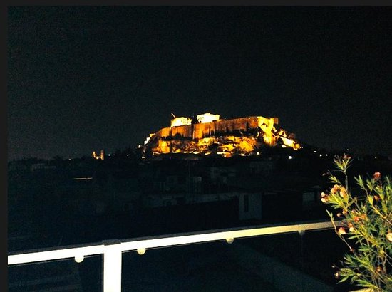 The Athens Gate Hotel: Amazing romantic view at night from our rooms!