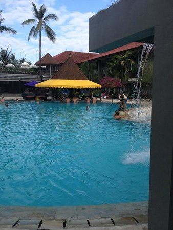Bali Dynasty Resort: Pool Bar