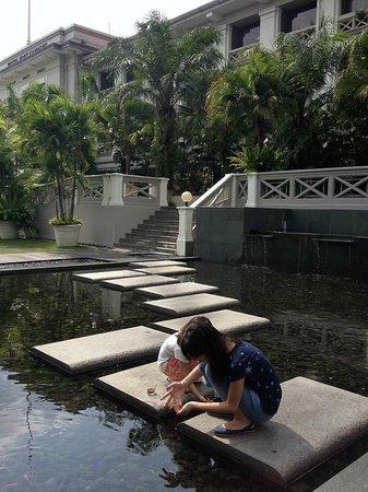 Hotel Fort Canning : Lovely garden & pond