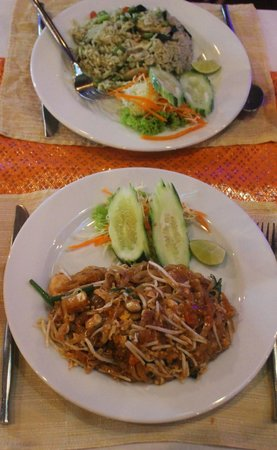 Aning Restaurant : Chicken Green Curry & Phad Thai
