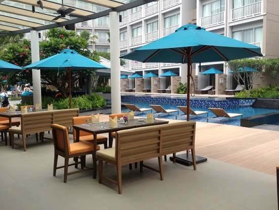 Grand Mercure Phuket Patong: dining and pool area