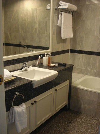 Centre Point Pratunam Hotel: bathroom