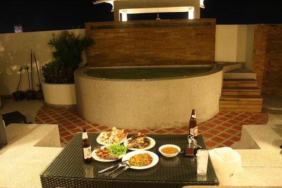 Phunawa Resort: Seafood on the roof