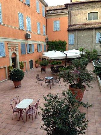 Hotel Canalgrande : внутренний дворик с летней верандой