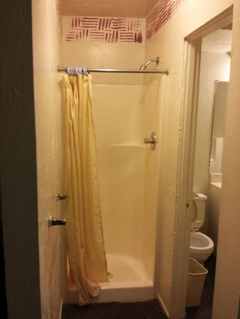 Travel Inn: Shower is located outside of the bathroom- again no fan.
