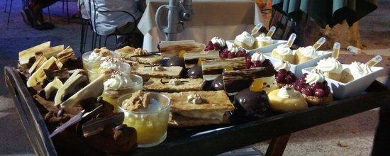Auberge de la Treille : Plateau choix des desserts!