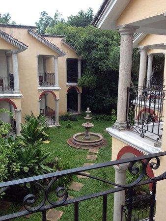 Ecotel Quinta Regia: Vue de notre chambre (derrière la fontaine un magnifique jardin si on suit les dalles)