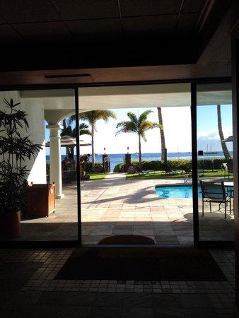 Lahaina Shores Beach Resort: Lobby has great views