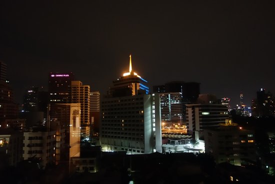 Bandara Suites Silom, Bangkok: Night view from our room.
