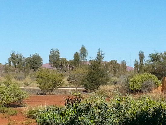 Desert Gardens Hotel, Ayers Rock Resort: View of the rock from balcony